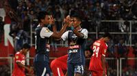 Dedik Setiawan dan Ridwan Tawainella melakukan selebrasi saat melawan PSBK di Stadion Supriyadi, Blitar, Rabu (9/5/2018). (Bola.com/Iwan Setiawan)