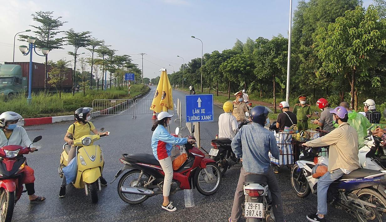 Orang-orang ditolak di sebuah pos pemeriksaan di pintu masuk menuju Hanoi, Vietnam, Sabtu (24/7/2021). Vietnam memberlakukan penguncian wilayah (lockdown) selama 15 hari di ibu kota Hanoi mulai Sabtu ini ketika gelombang virus corona menyebar dari wilayah Delta Mekong selatan. (AP Photo/Hieu Dinh)