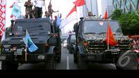 Massa pendukung Prabowo membawa mobil yang mirip mobil perang, Jakarta, Kamis (21/8/2014) (Liputan6.com/Faisal R syam)