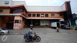 Pengendara motor melintas di depan salah satu pabrik pengolahan ikan yang tutup di Pelabuhan Muara Baru, Jakarta, Senin (10/10). Pengusaha perikanan Muara Baru melakukan mogok massal dan menghentikan kegiatan operasionalnya. (Liputan6.com/Gempur M Surya)