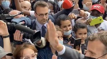 Presiden Prancis Emmanuel Macron pamer video bertemu pendukung setelah wajahnya ditampar.