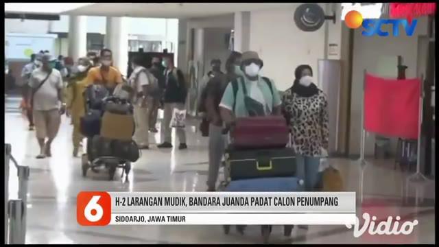 Jelang H-2 pemberlakuan larangan mudik, kepadatan penumpang mulai terlihat di Bandara Juanda Sidoarjo, Jawa Timur, sejak Selasa pagi (04/5). Sebagian besar para pemudik memilih mudik lebih awal.