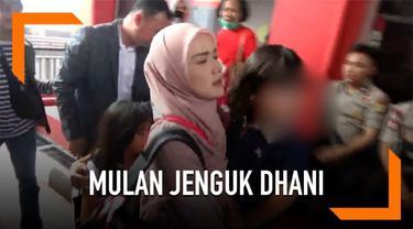 Mulan Jameela beserta anaknya menjenguk Ahmad Dhani di Rutan Cipinang, Jakarta. Mulan tidak memberikan komentar sama sekali saat datang menjenguk.