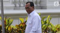 Menteri Perhubungan Budi Karya Sumadi tiba di Istana, Jakarta, Selasa (22/10/2019). Budi tersenyum dan melambaikan tangan kepada media jelang wawancara calon menteri Kabinet Kerja Jilid II bersama Presiden Joko Widodo. (Liputan6.com/Angga Yuniar)