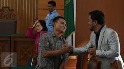 Kuasa hukum Ahmad Dhani, Ramdan Alamsyah (kanan) saat di Pengadilan Negeri Jakarta Selatan, Rabu (30/9/2015). Ramdan menyambut gembira atas putusan hakim yang menolak gugatan praperadilan Farhat Abbas. (Liputan6.com/Herman Zakharia)