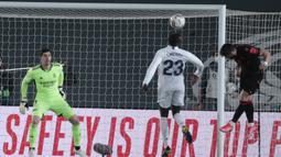 Gelandang Real Sociedad, Portu (kanan) melepaskan sundulan yang berbuah gol untuk timnya ke gawang Real Madrid dalam laga lanjutan Liga Spanyol 2020/21 pekan ke-25 di Alfredo di Stefano Stadium, Madrid, Senin (1/3/2021). Real Madrid bermain imbang 1-1 dengan Real Sociedad. (AP/Bernat Armangue)