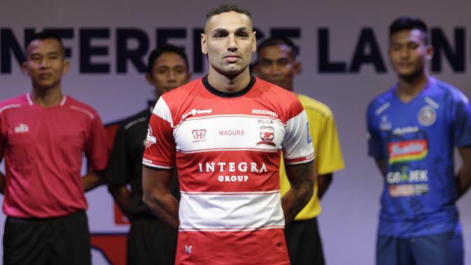 Pemain Madura United, Jaime Xavier berpose saat Peluncuran Shopee Liga 1 di SCTV Tower, Jakarta, Senin (13/5). Sebanyak 18 klub akan bertanding pada Liga 1 mulai tanggal 15 Mei. (Bola.com/Vitalis Yogi Trisna)