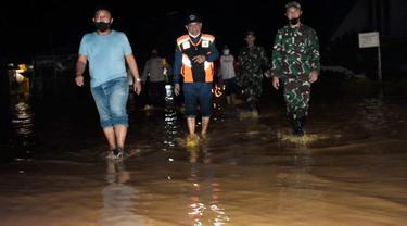 Pemkab Pohuwato bersama TNI-Polri, meninjau lokasi banjir Kecamatan Popayato (Arfandi Ibrahim/Liputan6.com)