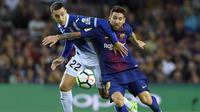 Bintang Barcelona, Lionel Messi, berebut bola dengan bek Espanyol, Mario Hermoso, pada laga La Liga Spanyol di Stadion Camp Nou, Katalonia, Sabtu (9/9/2017). Barcelona menang 5-0 atas Espanyol. (AFP/Lluis Gene)