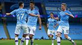 Pemain Manchester City merayakan gol yang dicetak Phil Foden ke gawang Liverpool pada laga lanjutan Premier League pekan ke-32 di Stadion Etihad, Jumat (3/7/2020) dini hari WIB. Manchester City menang 4-0 atas Liverpool. (AFP/Dave Thompson/pool)