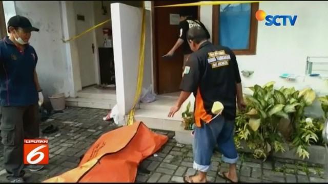 Sesosok mayat perempuan ditemukan di dalam lemari pakaian di kamar kos di kawasan Mampang Prapatan, Jaksel. Polisi menduga, perempuan tersebut korban pembunuhan.
