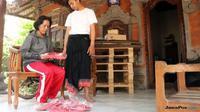 Suciani, janda penjual sandal jepit bersyukur anaknya diterima di UGM (dok. Humas UGM Yogyakarta)