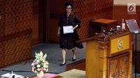 Menteri Keuangan Sri Mulyani menghadiri Rapat Paripurna DPR RI di Senayan, Jakarta, Rabu (25/10). Sidang Paripurna DPR RI ini menyetujui Rancangan Anggaran Pendapatan dan Belanja Negara (RAPBN) 2018 menjadi Undang-Undang (UU). (Liputan6.com/JohanTallo)