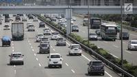 Kendaraan roda empat melintas di Tol Jagorawi, Jakarta, Jumat (6/4). Pintu Tol Cibubur 2 arah Jakarta dipilih untuk menerapkan aturan ganjil genap karena 34.278 kendaraan yang masuk setiap harinya. (Liputan6.com/Faizal Fanani)