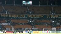 Kelompok Bonek yang terdapat di tribune utara atau Green Nord melalukan boikot saat Persebaya Surabaya meladeni Persipura Jayapura di Gelora Bung Tomo, Jumat (2/8/2019). (Bola.com/Aditya Wany)