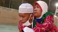 Suwito menggendong istrinya Tri Arum saat haji. (Liputan6.com/Ahmad Adirin)