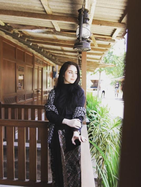 Menikah dengan Emil Dardak yang merupakan wakil Gubernur Jawa Timur, Arumi Bachsin mengalami berbagai perubahan. Kalau sebelumnya tentang gaya hidup Arumi yang sudah tak lagi membeli barang branded, kini mengenai perilakunya. (Instagram/arumibachsin_94)