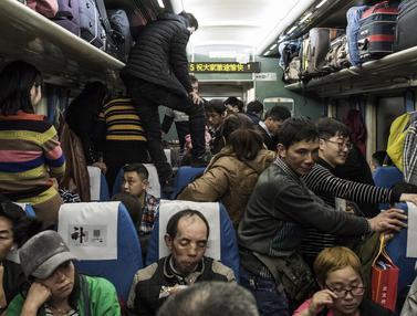 Rayakan Imlek di Kampung Halaman, Jutaan Warga Tiongkok Berdesakan Tinggalkan Beijing