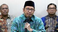 Menteri Agama, Lukman Hakim Saifuddin memberi pernyataan resmi terkait hasil OTT KPK terhadap dua pejabat kantor wilayah Kemenag terkait dugaan jual beli jabatan di Kementerian Agama, Jakarta, Sabtu (16/3). (Liputan6.com/Helmi Fithriansyah)