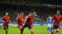 Para pemain Spanyol merayakan gol yang dicetak Ferran Torres ke gawang Italia pada semifinal UEFA Nations League, Kamis (7/10/2021) dini hari WIB di Stadion San Siro, Milan, Italia. (AP Photo/Antonio Calanni)