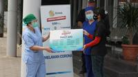 Secara Simbolis Perwakilan Klinik Pratama St. Carolus Samadi Klender - Jakarta Timur Menerima Bantuan Paket Alat Pelindung Diri (APD) dari EMTEK Peduli Corona | dok. EMTEK Peduli Corona