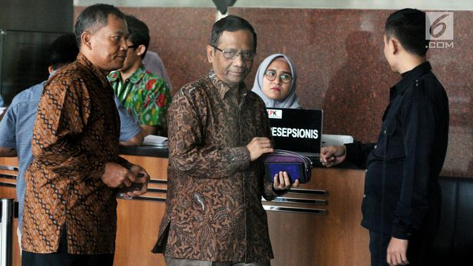 Mantan Ketua Mahkamah Konstitusi Mahfud MD usai mengisi buku tamu di gedung KPK, Jakarta, Kamis (13/9). Mahfud tiba sekitar pukul 09.55 WIB mengaku akan berdiskusi terkait kasus korupsi yang sudah merajalela di Tanah Air. (Merdeka.com/Dwi Narwoko)#source%3Dgooglier%2Ecom#https%3A%2F%2Fgooglier%2Ecom%2Fpage%2F%2F10000