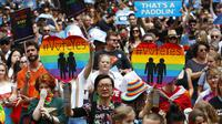 Sejumlah pendukung pernikahan sesama jenis melakukan pawai di Victoria Park di Sydney, Australia, pada 21 Oktober 2017. (Daniel Munoz/AAP Image via AP, File)