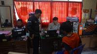 Polisi memeriksa tersangka pembunuhan di Pemalang, Jawa Tengah. (Foto: Liputan6.com/Polres Pemalang/Muhamad Ridlo)