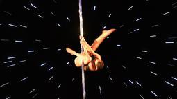 Salah satu peserta, Abby Evagelou memperlihatkan gerakan tari tiang atau pole dance dalam Kejuaraan Pacific Pole 2018 di Los Angeles, Sabtu (7/4). Pole Dance merupakan seni pertunjukan gabungan tari dan akrobat yang menggunakan tiang. (Mark Ralston/AFP)