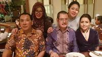 Mayangsari tampak bahagia saat makan malam bersama keluarga Cendana (Dok.Instagram/@mayangsaritrihatmodjoreal/https://www.instagram.com/p/BtAEXdQA1pH/Komarudin)