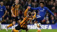 Pemain Hull City, Jackson Irvine menghalang bola dari tendangan Willian saat pertandingan Piala FA Inggris di stadion Stamford Bridge di London (16/2). Gawang Hull sudah jebol saat pertandingan belum genap dua menit. (AP Photo / Alastair Grant)