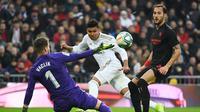 Casemiro berhasil mencetak dua gol sekaligus membantu Real Madrid menang 2-1 atas Sevilla pada laga pekan ke-20 La Liga Spanyol, di Santiago Bernabeu, Sabtu (19/1/2020). (AFP/GABRIEL BOUYS)