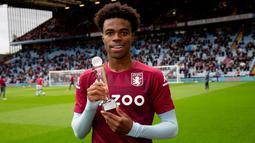 Carney Chukwuemeka. Gelandang Aston Villa berkebangsaan Inggris ini menjalani debutnya di Premier League dalam laga melawan Tottenham Hotspur di pekan ke-37 pada 21 Februari 2021. Ia berusia 17 tahun, 6 bulan dan 29 hari dalam laga tersebut. (AVC.co.uk)