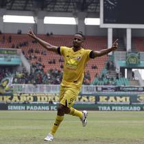 Striker Semen Padang, Vanderlei Francisco, merayakan gol yang dicetaknya ke gawang Tira Persikabo pada laga Shopee Liga 1 di Pakansari, Bogor, Jumat (267/9). Tira Persikabo bermain imbang 1-1 atas Semen Padang. (Bola.com/Yoppy Renato)
