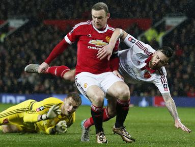 Pemain Manchester United, Wayne Rooney berebut bola dengan Sheffield United, George Long and John Brayford pada laga Piala FA di Old Trafford, Minggu (10/1/2016) dini hari WIB. (Reuters/Phil Noble)