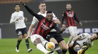 Penyerang AC Milan,  Rafael Leao menendang bola dari kawalan bek Lille, Sven Botman  pada pertandingan H Liga Europa di Stadion San Siro, di Milan, Italia, Kamis (5/11/2020). Lille menang telak atas AC Milan 3-0. (AP Photo/Luca Bruno)