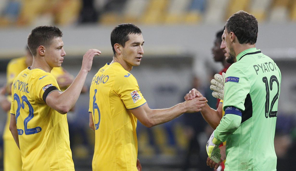 Pemain Ukraina merayakan kemenangan atas Swiss pada laga Nations League di Stadion Arena Lviv, Jumat (4/9/2020) dini hari WIB. Ukraina menang 2-1 atas Swiss. (AFP/Anatolii Stepanov)