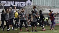 Official PSIS Semarang merayakan gol yang dicetak Komarudin ke gawang Tira Persikabo pada laga Shopee Liga 1 di Stadion Pakansari, Bogor, Jumat (22/11). PSIS menang 2-1 atas Tira Persikabo. (Bola.com/Yoppy Renato)