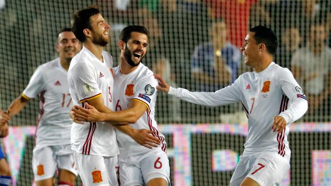 Pemain timnas Spanyol, Asier Illarramendi dan timnya merayakan gol ke gawang Israel pada kualifikasi Piala Dunia 2018 grup G di Teddi Malcha Stadium, Senin (9/10). Gol semata wayang Illarramendi menjadi penentu kemenangan Tim Matador. (Thomas COEX/AFP)