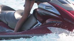 Lindsay Lohan menikmati liburannya dengan mencoba mengendarai jet sky di pantai di pulau Mykonos, Yunani (Dailymail.co.uk)