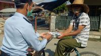Pegawai Kantor Imigrasi Kelas II Non TPI Mamuju membagikan masker, suplemen dan makanan ke masyarakat (Foto: Liputan6.com/Imigrasi Mamuju)
