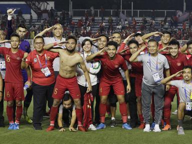 Para pemain dan official Timnas Indonesia U-22 merayakan kemenangan atas Myanmar U-22 pada semifinal SEA Games 2019 di Stadion Rizal Memorial, Manila, Sabtu (7/12). Indonesia menang 4-2 atas Myanmar. (Bola.com/M Iqbal Ichsan)