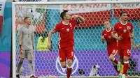 Robert Lewandowski kembali mencetak gol untuk menyamakan kedudukan menjadi 2-2 pada menit ke-84. Dirinya sukses mengkonversi umpan silang dari gelandang Przemyslaw Frankowski menjadi gol. (Foto: AP/Pool/Anatoly Maltsev)