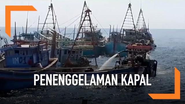 Susi Pudjiastuti memimpin penenggelaman 13 kapal ilegal berbendera Vietnam.