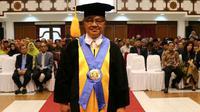 Prof Dr Wiryanto meninggal dunia usai dikukuhkan sebagai Guru Besar UNS, Kamis (29/3).(Liputan6.com/Fajar Abrori)