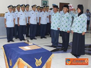 Danlanud Suryadarma mengambil sumpah tiga PNS lingkungan TNI di Lanud Suryadarma, Senin (26/9).