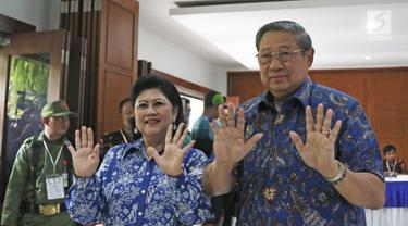 Presiden ke-6 RI Susilo Bambang Yudhoyono bersama Ani Yudhoyono menunjukkan tinta pada jarinya usai mencoblos pada Pilkada Serentak 2018 di Tempat Pemungutan Suara (TPS) 06 Kelurahan Nagrak, Gunung Putri, Bogor, Rabu (27/6). (Liputan6.com/Herman Zakharia)