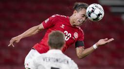 Pemain Denmark, Yussuf Poulsen, menyundul bola saat melawan Belgia pada laga UEFA Nations League di Stadion Parken, Minggu (6/9/2020). Belgia menang 2-0 atas Denmark. (Liselotte Sabroe/Ritzau Scanpix via AP)