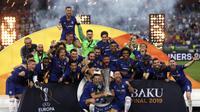 Para pemain Chelsea merayakan trofi Liga Europa usai mengalahkan Arsenal 4-1 dalam laga final di Olympic stadium in Baku, Azerbaijan, Kamis (30/5/2019) dini hari WIB.(AP Photo/Darko Bandic)