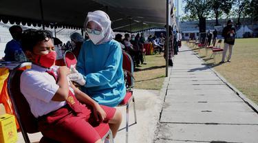 Vaksinasi pelajar di Surabaya. (Dian Kurniawan/Liputan6.com)